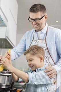 Oče in sin kuhata testenine
