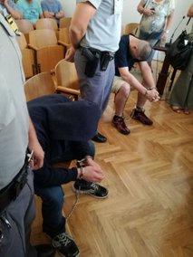 Osumljenca na sodišču