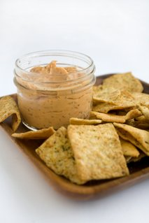Domači krekerji s humusom