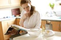 Ženska bere recept