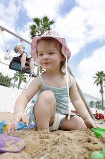 Otroci med igro na plaži