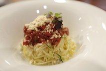 Pastinakovi špageti z omako iz rdeče pese, ragujem z bukovimi ostrigarji in praženimi oreščki