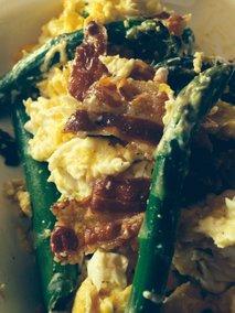 Umešana jajčka s slanino in šparglji