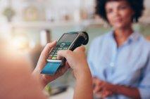 Ženska plačuje z bančno kartico - 2