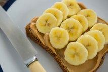 Kruh z arašidovim maslom in banano