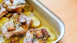 V pečici pečena vratovina s krompirjem