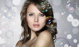 ženska z lepimi lasmi