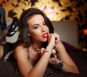 ženska v postelji z lisicami