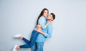 Moški in ženska, ki nosita kavbojke