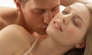 ženska in moški v postelji