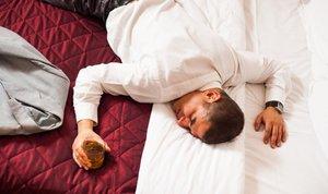 pijan moški v postelji