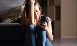 Razočarana ženska na telefonu