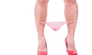 moški nosi ženske spodnjice in visoke pete