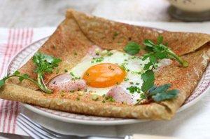 Ajdova palačinka s šunko, sirom in pečenim jajcem