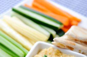 Narezana zelenjava in humus