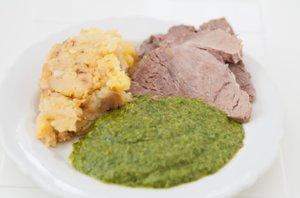 Meso iz juhe, pražen krompir in kremna špinača