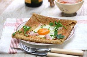 Ajdove palačinke s sirom, šunko in pečenim jajcem