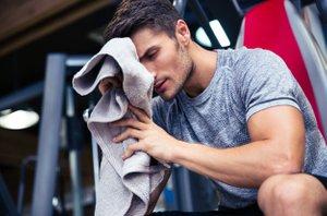 moški telovadi
