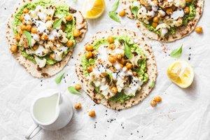 Nekvašeni kruhki s pečeno cvetačo in čičeriko