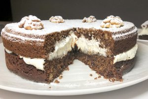 Ajdova torta z orehi, marmelado in smetano