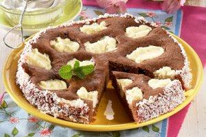 Sočen čokoladni kolač s skuto