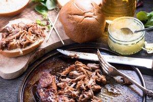 Počasi pečeno natrgano svinjsko pleče