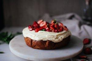 Veganska vanilijeva torta s kokosovo glazuro