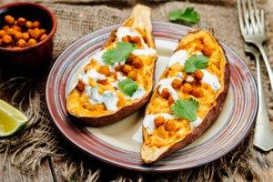 Pečen sladki krompir s hrustljavo čičeriko in tahinijevim prelivom