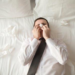 moški joče na postelji