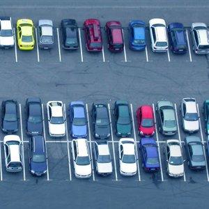 Parkirišče polno vozil