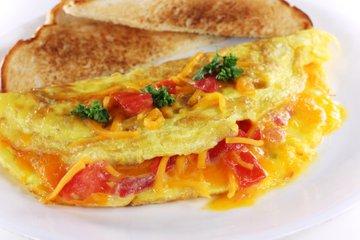 Omleta s paradižnikom in čedar sirom