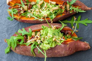 Z zelenjavo polnjen pečen sladki krompir