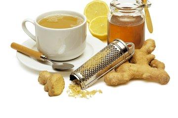 Topel napitek z ingverjem, medom in limono
