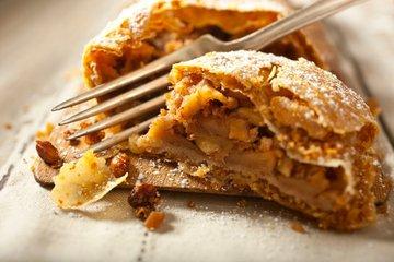 Jabolčni zavitek z rozinami in lešniki