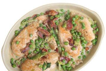 Piščančje prsi z grahom in slanino