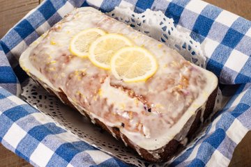 Borovničev kolač z limoninim ledom