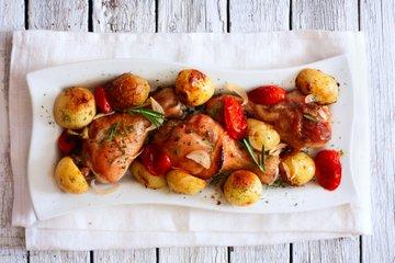 Piščančje krače s krompirjem in paradižnikom