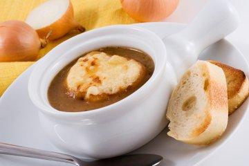 Čebulna juha s sirovimi popečenimi kruhki