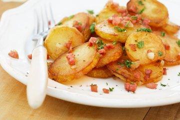 Rezine mladega krompirja s slanino in mlado čebulico