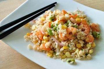 Pražen riž z zelenjavo in rakci