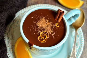 Vroča čokolada s pomarančo in cimetom