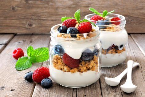 Parfait z jogurtom, sadjem in granolo