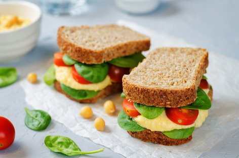 Rženi sendvič s humusom, paradižnikom in zelenjavo