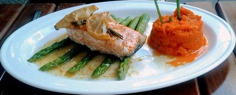 Pečen losos s šparglji in pirejem iz sladkega krompirja