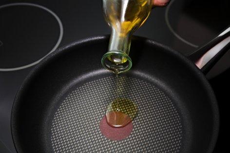 Vlivanje olja v ponev
