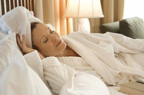 Ženska z lasmi ovitmi v brisačo - 2