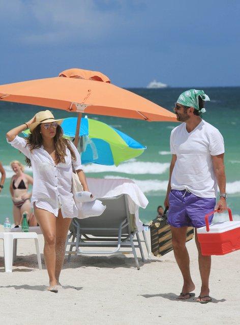 Eva Longoria na plaži z možem - 3