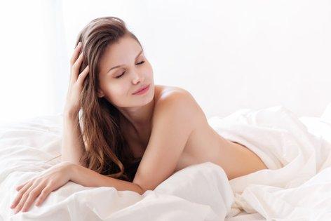Gola ženska v postelji - 2