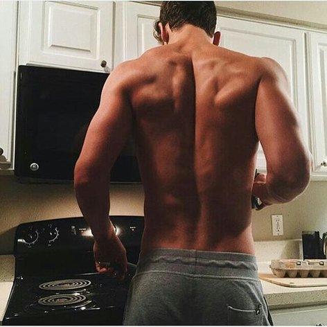Moški s širokimi rameni