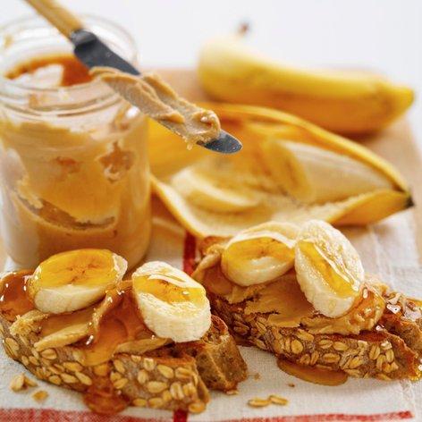 Ovseni kruhki z arašidovim maslom, banano in medom
